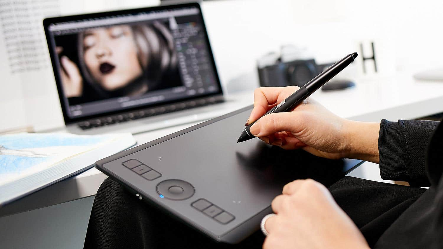 There's now a small Wacom Intuos Pro again for designers and artists on the move